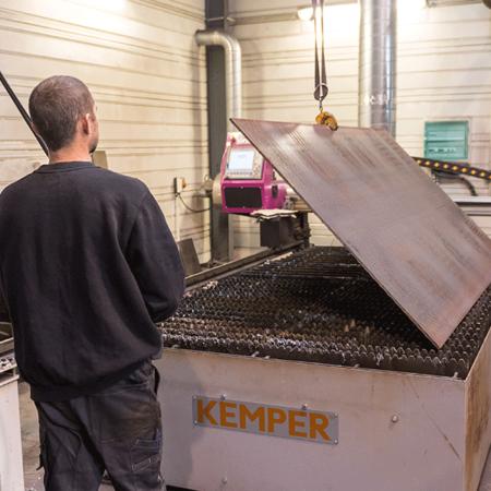 Manutention d'une découple plasma d'une tôle - Atelier de chaudronnerie - AMTI Nantes (44) - Assistance Maintenance Technique Industrielle