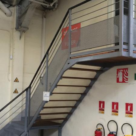 Pose d'escalier en atelier - Maintenance bâtiment - AMTI Nantes (44) - Assistance Maintenance Technique Industrielle
